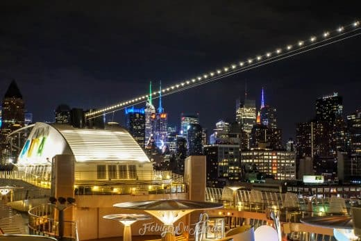 Blick von der AIDAdiva auf die Manhattan Skyline bei Nacht