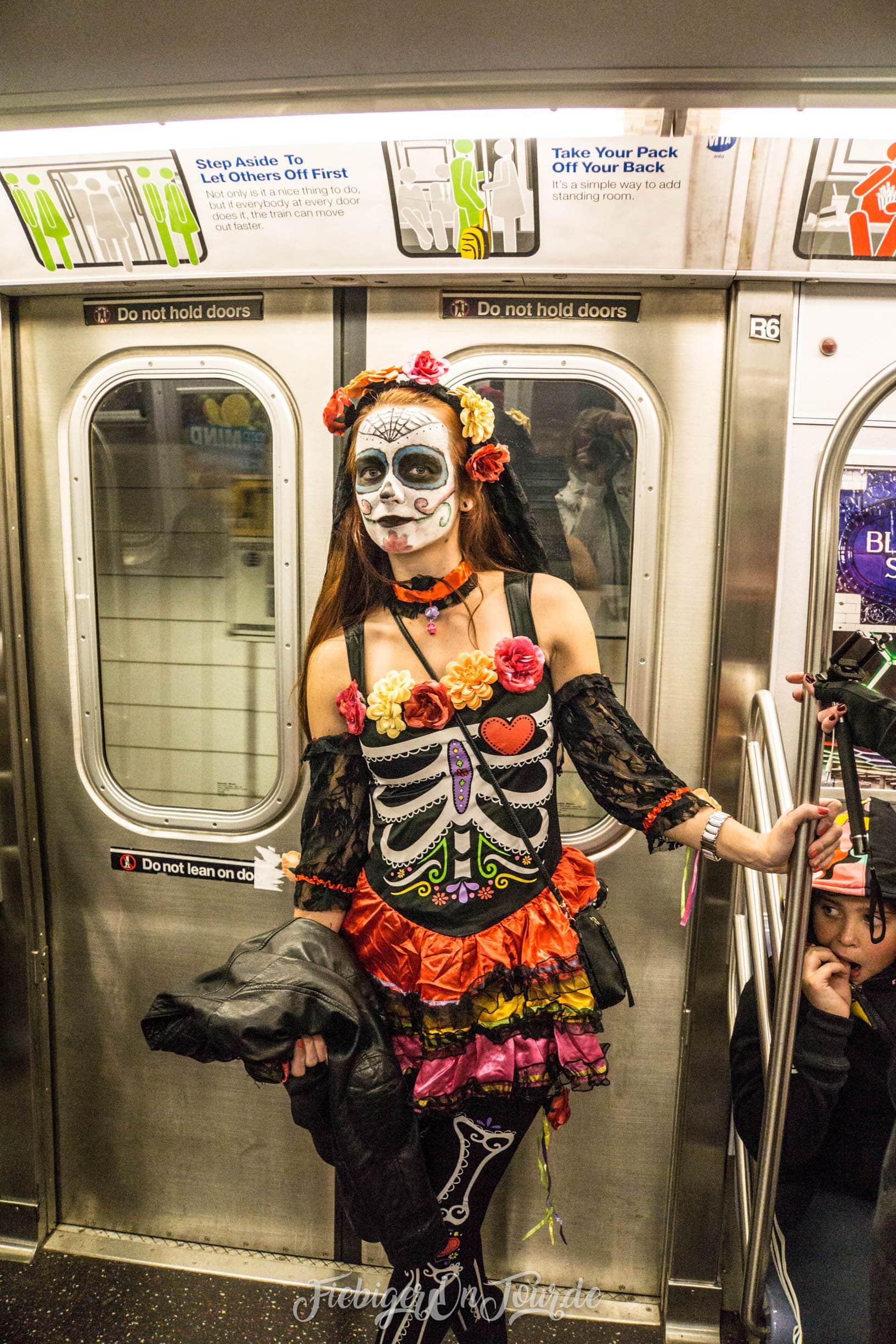 Skeleton Lady in der Metro