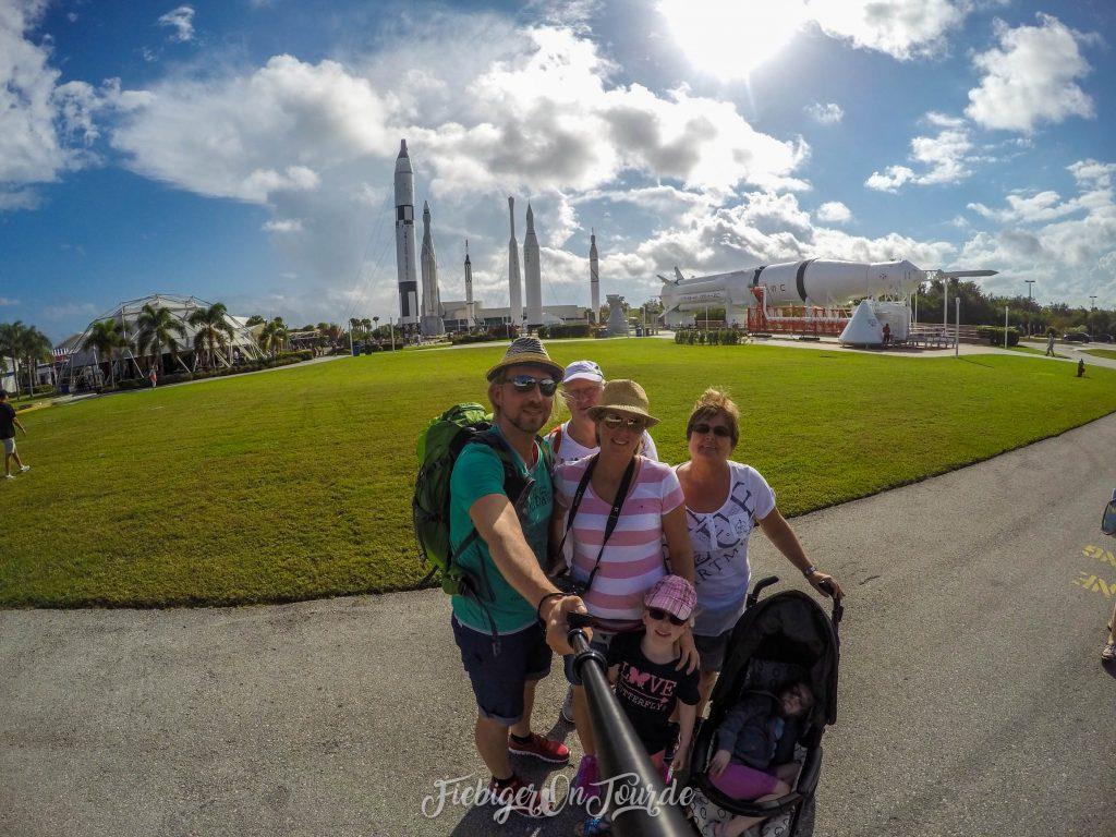 Familienfoto vor den Raketen